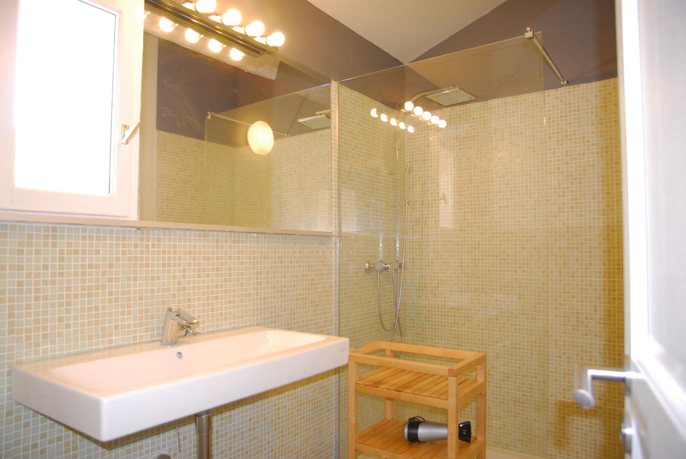 Cabinet de toilette avec grande douche